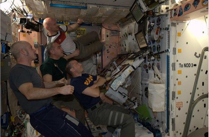Группа космонавтов на связи с центром управления полетов.