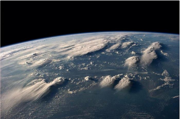 Бело-голубые переливы похожи на волны океанов.