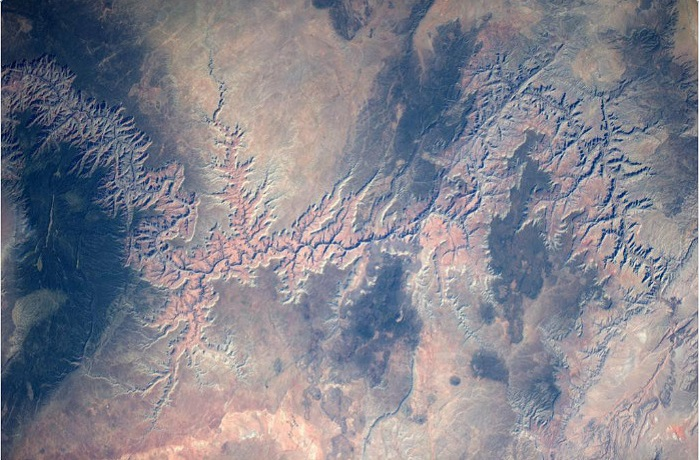 Земная кора покрыта необычными знаками и символами.
