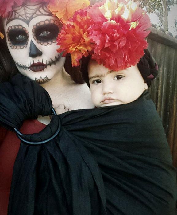 Маленькая девочка одета так, чтобы быть похожей на знаменитую мексиканскую художницу, а мама – на красивую женщину, празднующую День Мертвых.