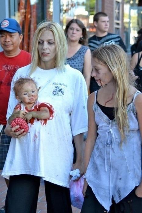 Несколько отверстий в футболке, чтобы частично скрыть ребенка и рюкзак-кенгуру, поддельная кровь и правдоподобный грим – костюм зомби готов.