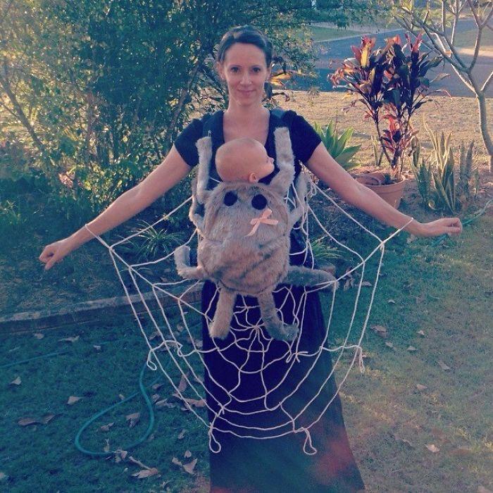 Просто и оригинально - сеть из веревки и забавный пушистый «чехол» с розовым бантиком для рюкзака-кенгуру.