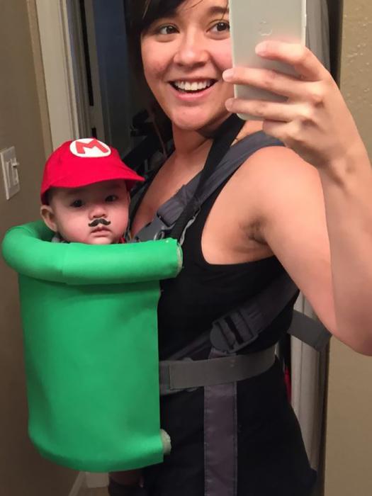 Любительница игры «Супер Марио» придумала забавный костюм для своего сына – бумага, кепка с логотипом и, конечно, нарисованные симпатичные усы, которые дополнили образ.