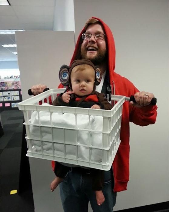 С помощью этого забавного костюма отец осуществил свою детскую мечту – стать другом для «инопланетянина».