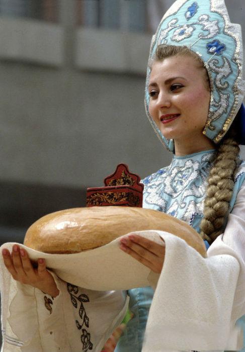 Расшитый драгоценными камнями, бисером, жемчугом, серебром и золотом кокошник, был основным элементом праздничного наряда русской женщины и говорил о ее достатке и принадлежности к богатому сословию.
