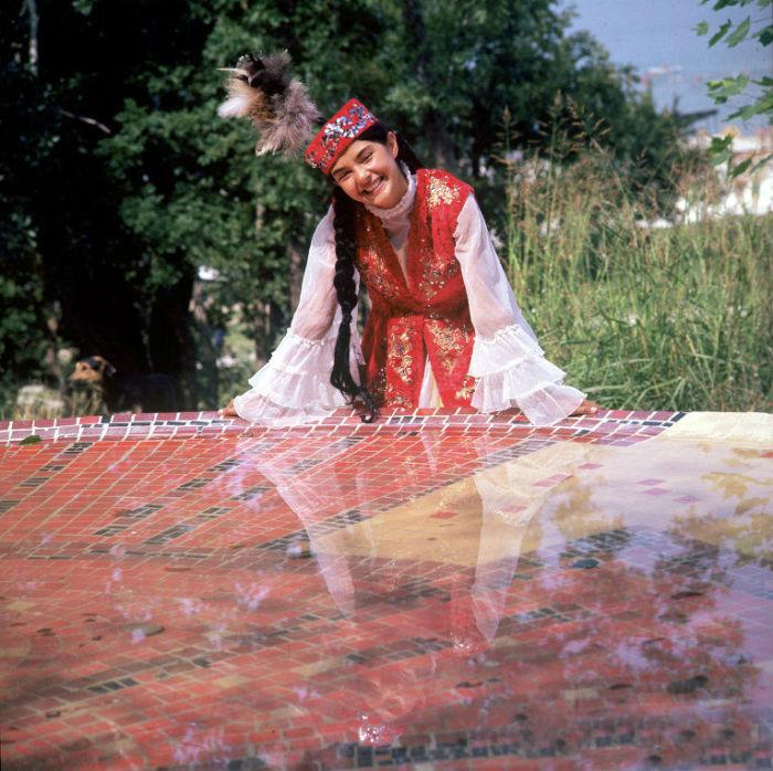 Платье туникообразного покроя койлек, а поверх него казашки надевают расшитые безрукавки.