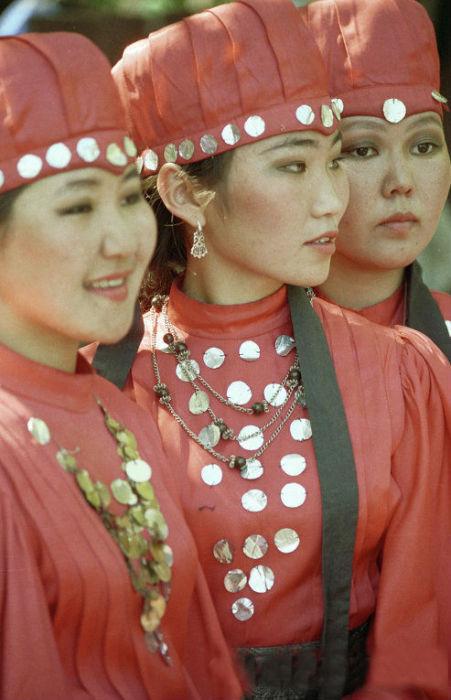 Обязательный элемент якутского костюма – монисто, ожерелье из монет.