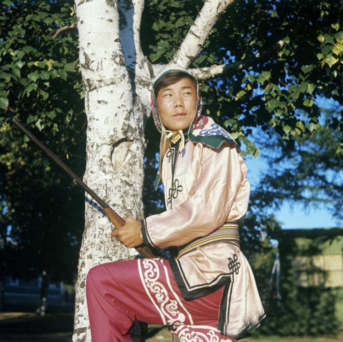 Традиционная одежда коренного народа Приамурья - халаты покроя кимоно, а праздничная - обильная вышивка с аппликацией.
