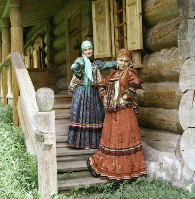 Костюм коренного население Ижемского района, Республики Коми - состоит из кофты, передника и широкого, до пяти метров по подолу, сарафана.