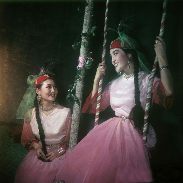 Незамужние девушки носят головные уборы двух типов: тюбетейку и теплую шапку с меховой опушкой. К макушке пришивают пучок перьев филина, игравший роль оберега.