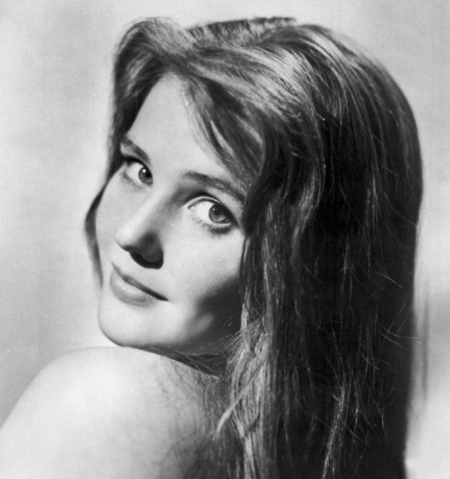 Советская и российская актриса, народная артистка РСФСР, знаменита благодаря ролям в военной картине «Баллада о солдате» и подростковой драме «А если это любовь?».
