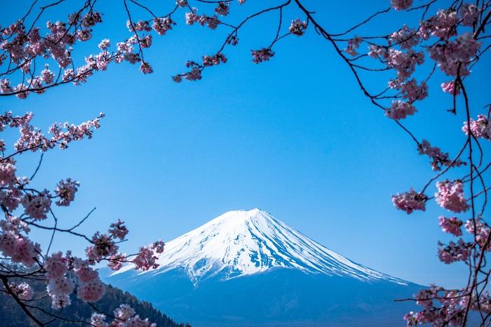На гору Фудзи, которая является одной из самых главных японских достопримечательностей и действующим вулканом, мечтают подняться не только многочисленные туристы, но и местные жители, для которых это место считается священным.