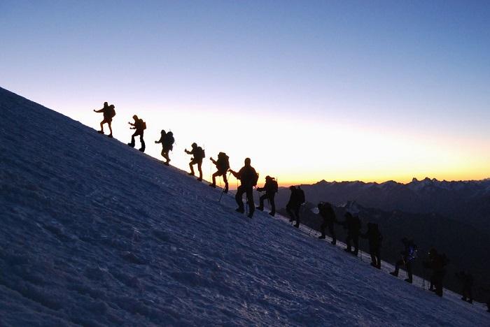 Самую высокую точку России - двухвершинный вулкан Эльбрус, который входит в список высочайших гор планеты «Семь вершин», - называют Малой Антарктидой из-за огромной шапки льда и снега.