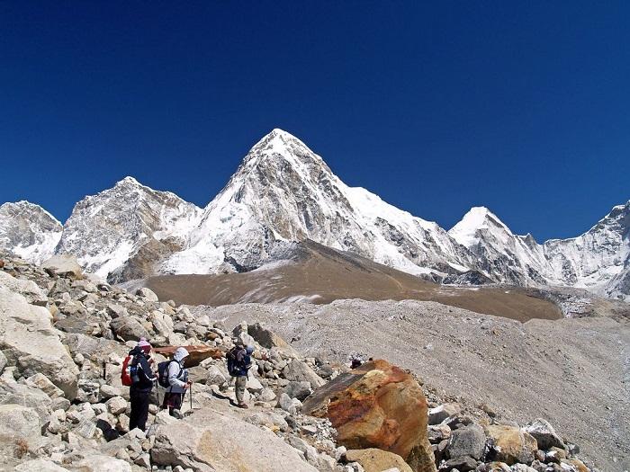 «Черная скала» – горная вершина в системе Гималаев, которая является выступом горы Пумори, очень популярна среди туристов-альпинистов в связи с относительной лёгкостью восхождения, а также из-за отличного вида на Джомолунгму.