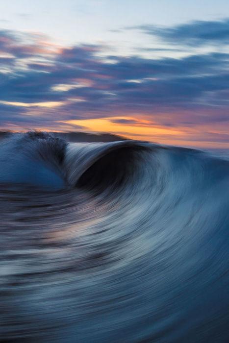 Цунами - волны огромной разрушительной силы, вызванные подводными землетрясениями или извержениями вулканов, способны двигаться со скоростью до 1000 км/ч и охватывают всю толщину воды – от дна до поверхности.