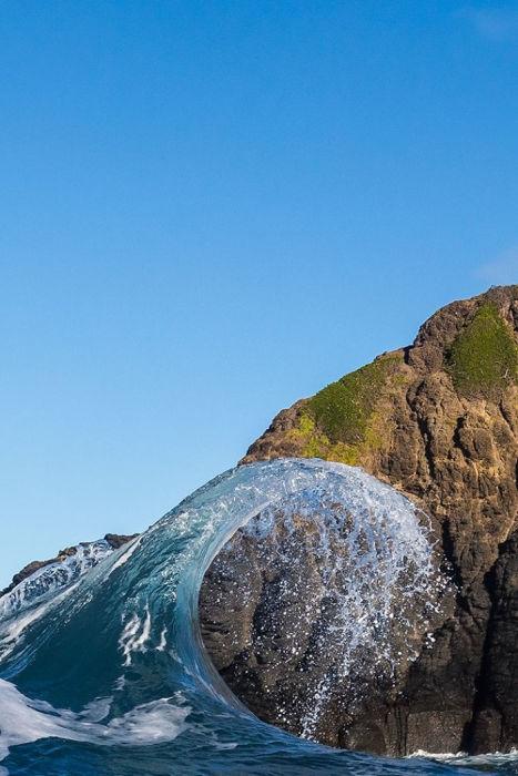 В некоторых местах волны бьют о берег с такой силой, что со временем разрушают даже горные породы.