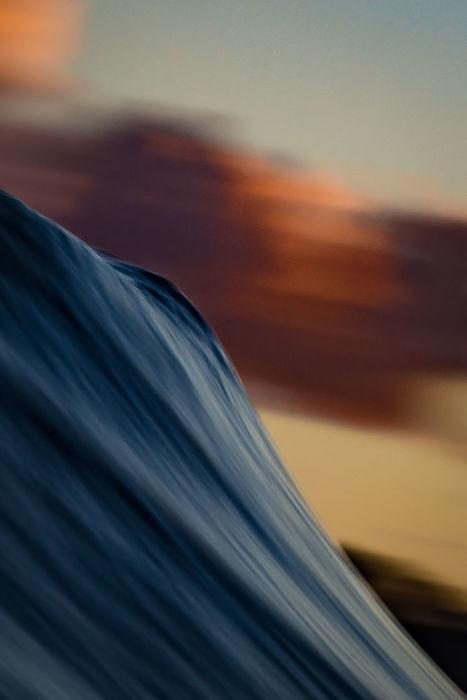 В то же время волны выполняют полезную и творческую работу – перемешивают воду, способствуя ее обогащению кислородом и теплом, создают песчаные и галечные пляжи.