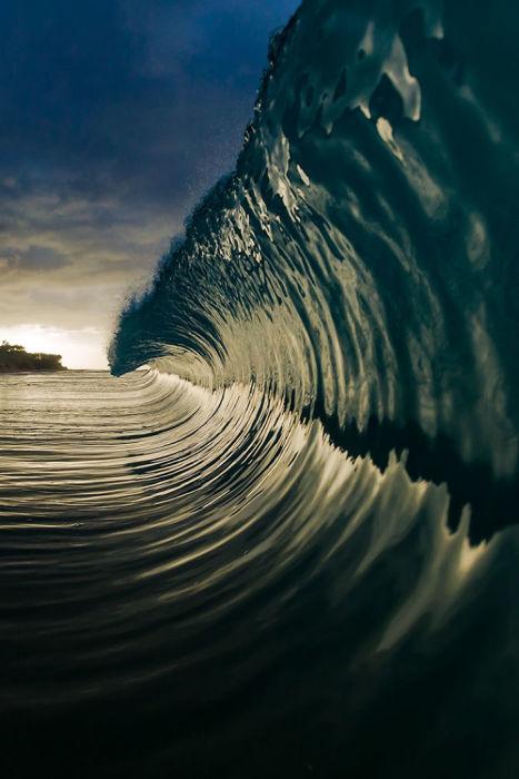 Волны, которые обрушиваются на побережье, могут зарождаться в океане за тысячи километров от берега.