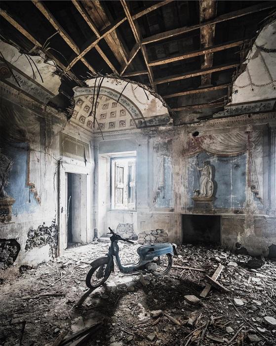 Старинный мопед «заснул» в разваливающемся здании в Италии, внутренние стены которого украшены фресками.
