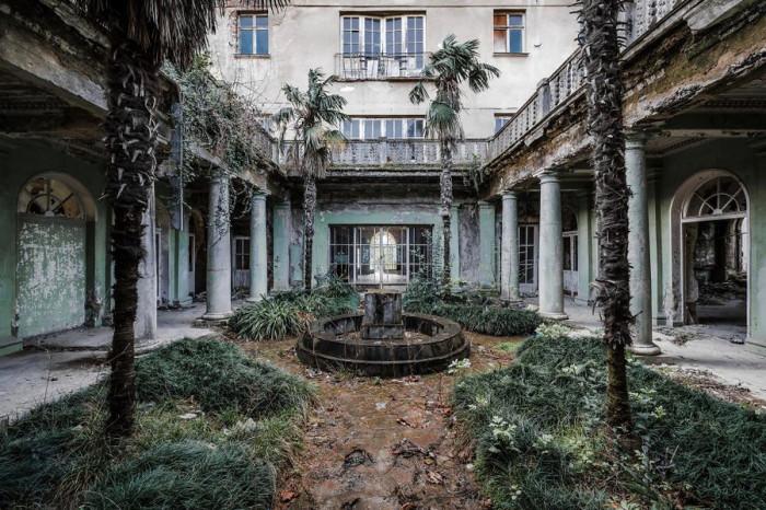 В заброшенном санатории в Грузии обваливаются стены, но кое-где сохранилась краска и большинство стекол в окнах.