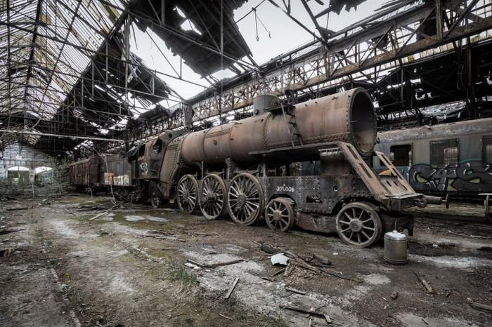 Ржавый советский поезд нашел пристанище в разрушающемся железнодорожном ангаре в Венгрии.