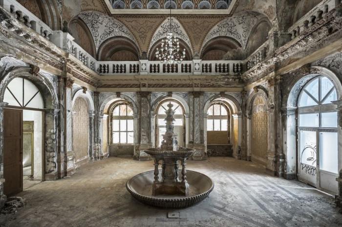 Расписные стены старинной румынской бани с небольшим фонтаном в холле уже давно не принимают посетителей.