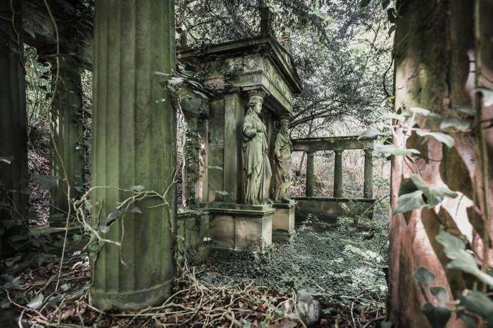 Гробницу, украшенную статуями и колоннами в античном стиле, давно захватили вьющиеся растения.