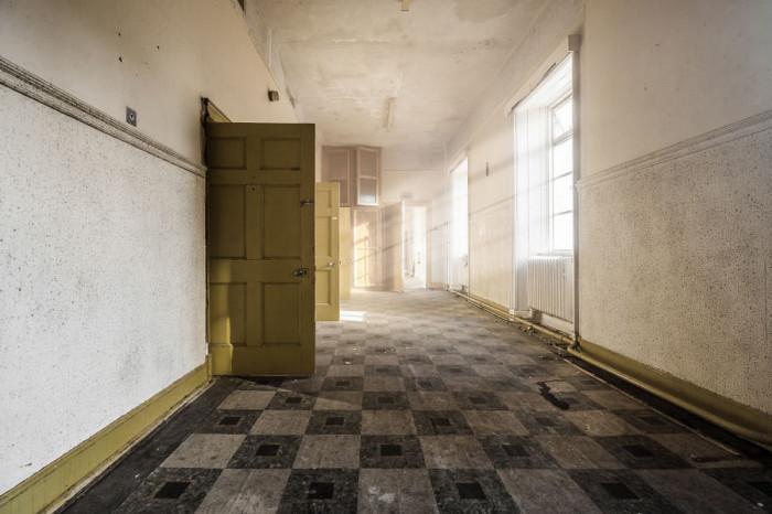 Стены покинутого госпиталя, найденного фотографом в Великобритании, хранят множество историй, которые никогда не будут рассказаны.