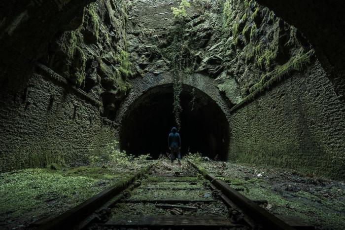 Старинный железнодорожный туннель в Великобритании – идеальное место для съемок фильма ужасов.