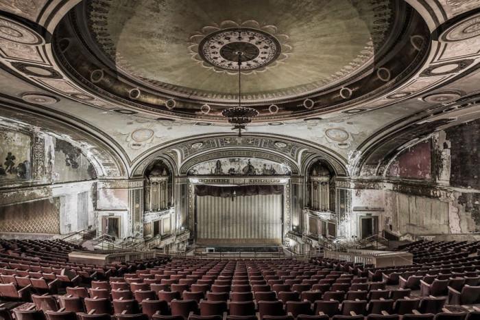 Огромный зал покинутого театра в Северной Америке как будто застыл в ожидании игры прославленных актеров и аплодисментов зрителей.