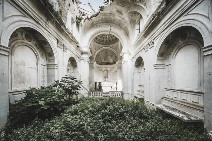 Покинутая всеми прекрасная итальянская церковь с обрушившимся потолком явно знавала лучшие дни.