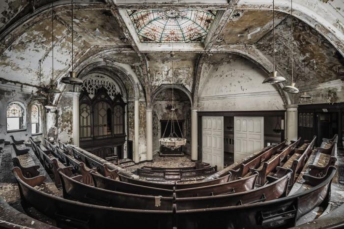 В заброшенной американской церкви чудом уцелели массивные деревянные скамейки.