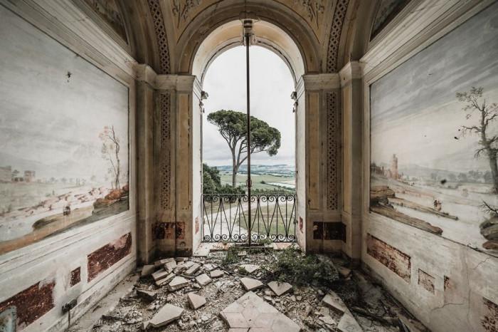 Несмотря на плачевное состояние покинутой итальянской виллы на ее стенах сохранились расписные фрески.