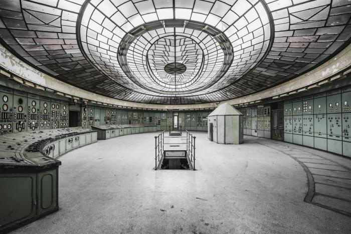 Полузаброшенная электростанция Келенфелд в Будапеште сохранила массивный стеклянный потолок и открыта для экскурсий.