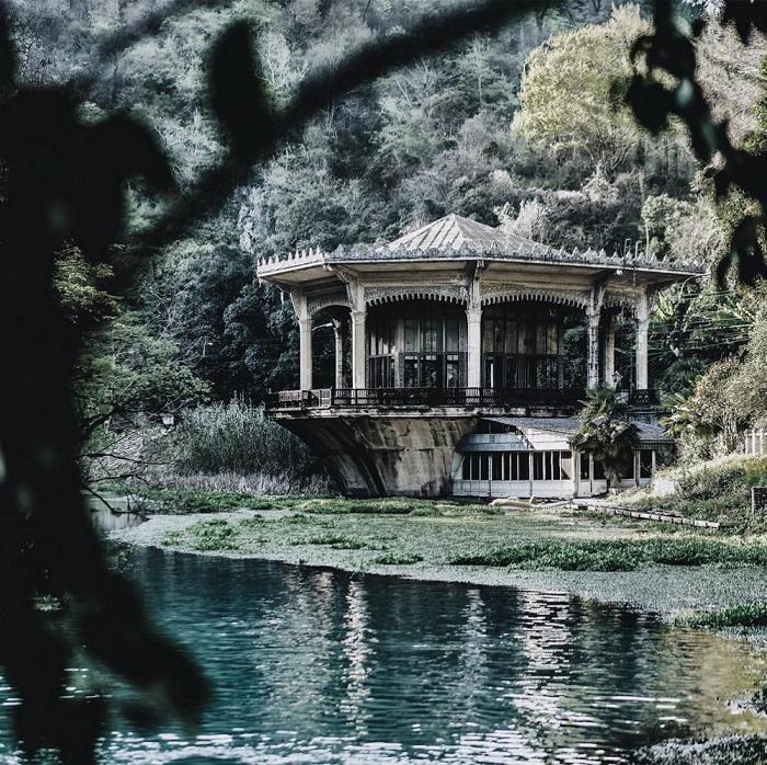 Заброшенная ажурная железнодорожная платформа в Абхазии расположилась на берегу водохранилища реки Псцырхи.