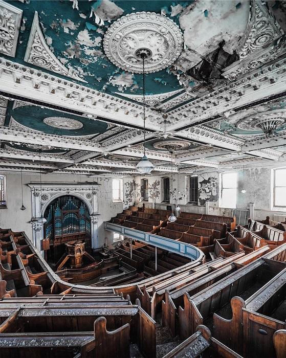 В заброшенной старинной церкви уже давно вместо звуков органа слышны лишь ветер и воркование голубей.