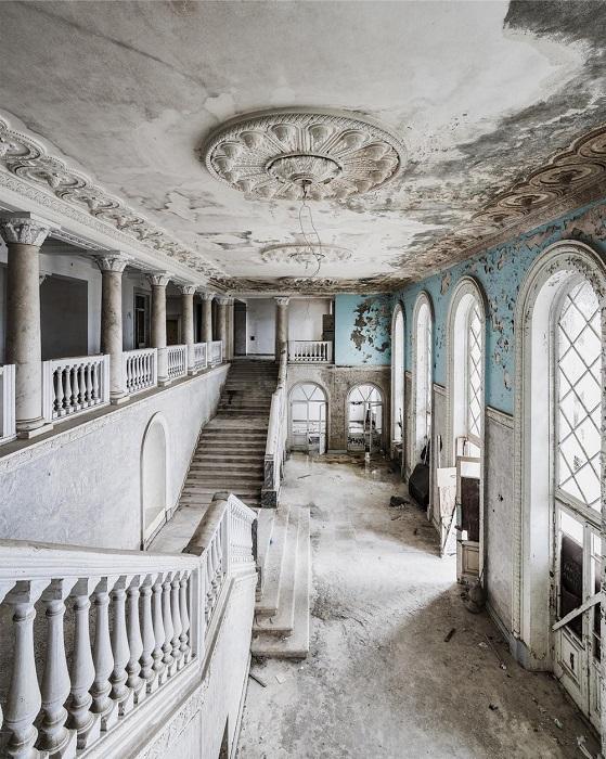 Заброшенная гостиница «Грузия» в Гагре - один из самых знаменитых санаториев Советского Союза высшего класса.