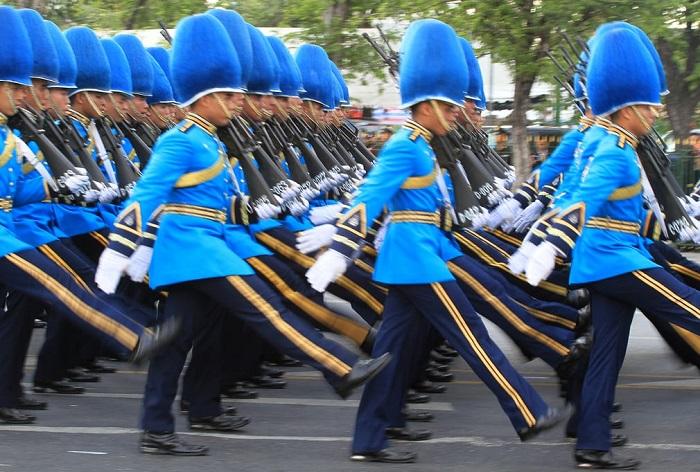 Марш Королевской гвардии во время парада, посвящённого 88-летию короля Пхумипона.