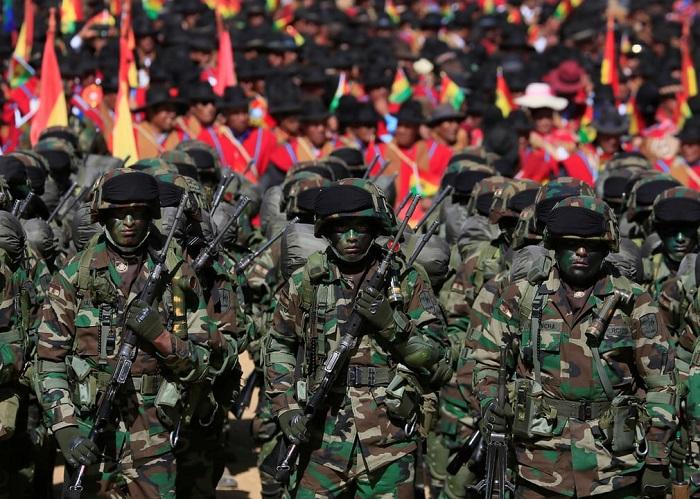 Гражданские и военные солдаты в марше, посвящённом созданию Вооружённых сил Боливии.