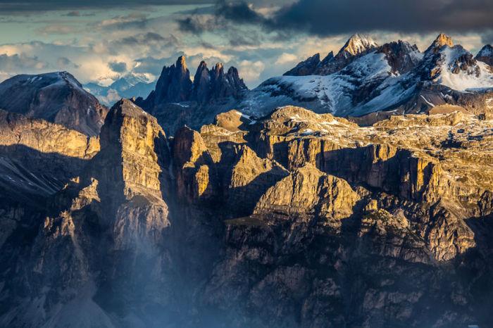 Часто в очертаниях вершины угадываются фигуры людей или зверей.