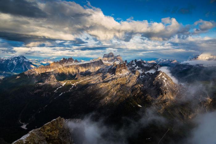 Вершины гор громоздятся одна за другой.