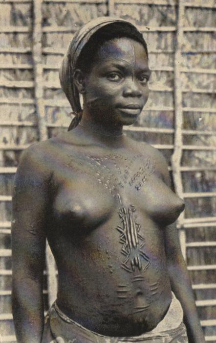 Превозмогая боль, жители «украшают» себя всевозможными пунктирами и рельефами, вырезая их на коже.
