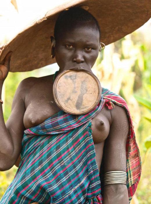 Эфиопскому племени Хамер интересно общаться с приезжающими их фотографировать туристами, потрогать и посмотреть на белого человека.