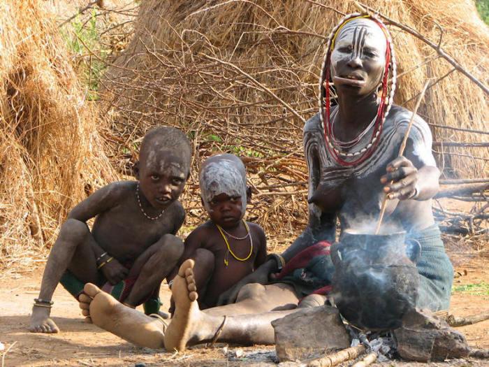 Как и многие другие племена долины Ома племя напрямую не соприкасается с цивилизацией.