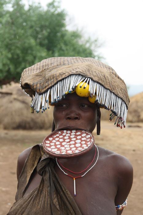 У африканских племен Сурма и Мурси губной диск традиционно играет важную социальную роль.