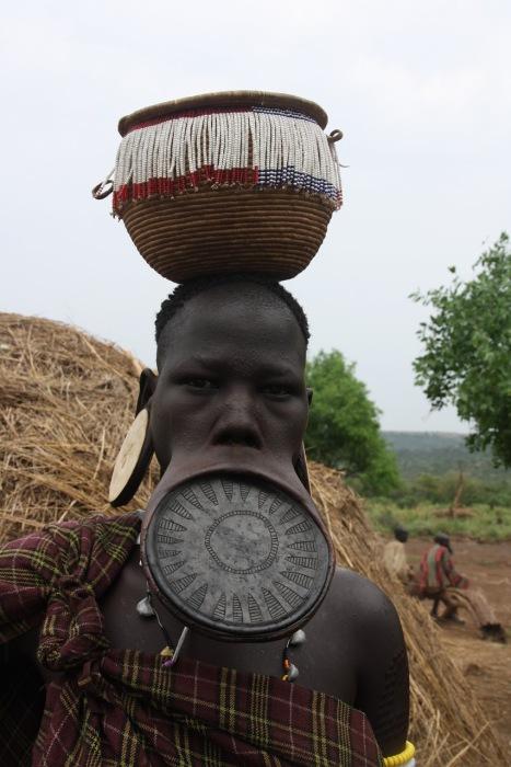 Чем больше диаметр губного диска, тем выше авторитет девушки и тем большим спросом она пользуется как невеста.