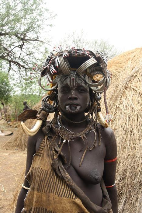 Экзотические украшения африканского племени, живущего вдали от цивилизации.