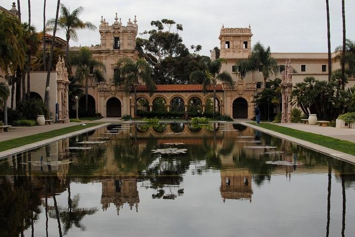 Исторические строения и музеи в гуще садов.