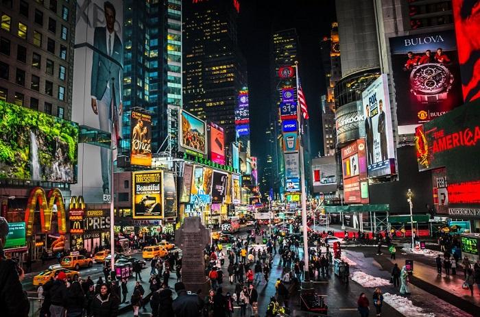Ночной город завораживает яркостью и сиянием витрин.