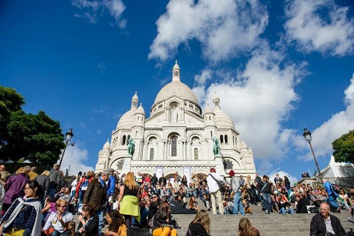 Туристы на живописном холме Монмартра в Париже.